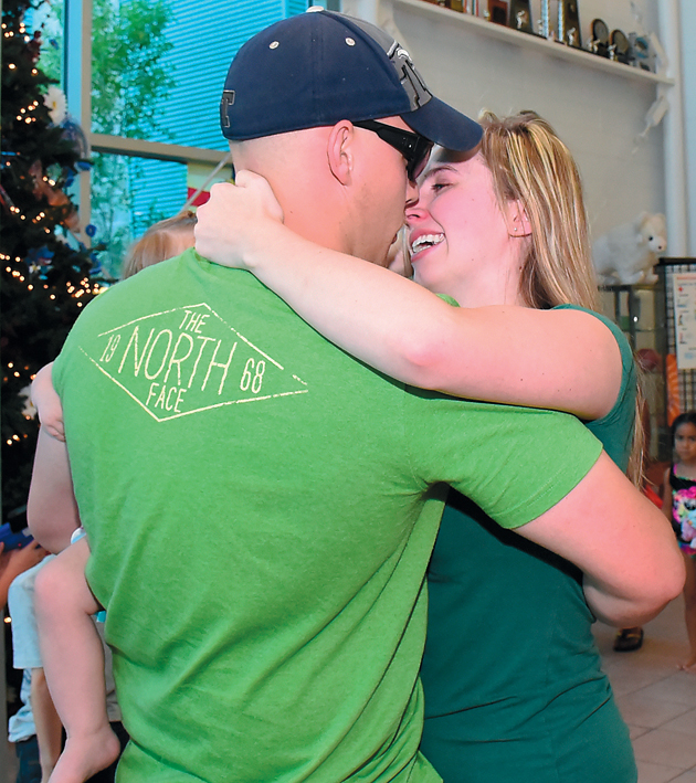 Soldier surprises family with early homecoming
